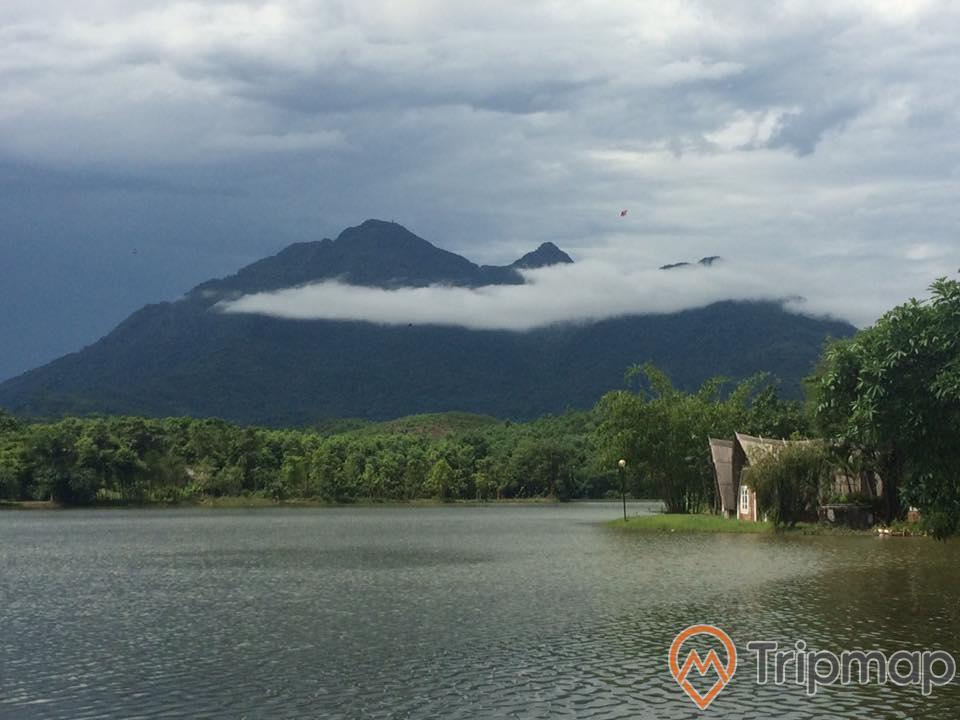 núi đồi và bầu trời có mây, hồ nước suối bơn, rừng cây cạnh bờ hồ