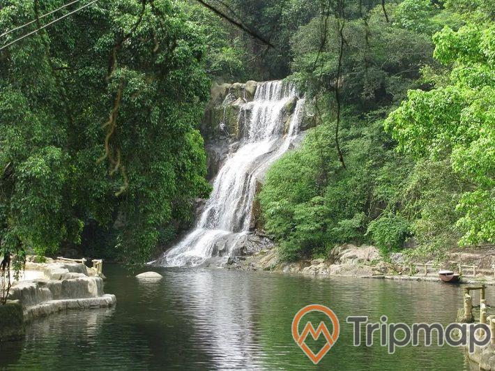ngọn thác lớn nhất khu du lịch thác đa, thác nước chảy xuống hồ, cây cối xanh mọc trên vách núi,