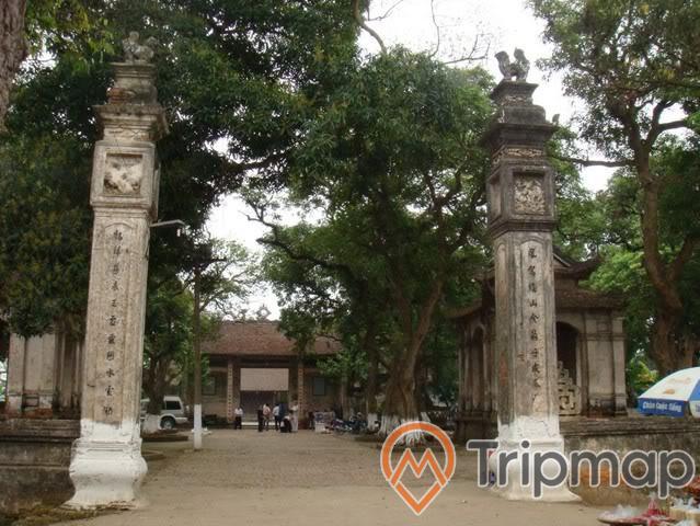 đền thờ tình yêu chử đồng tử và công chúa tiên dung khu du lịch thác đa, cổng đền thờ đã cũ, miếu và cây cối bên trong sân