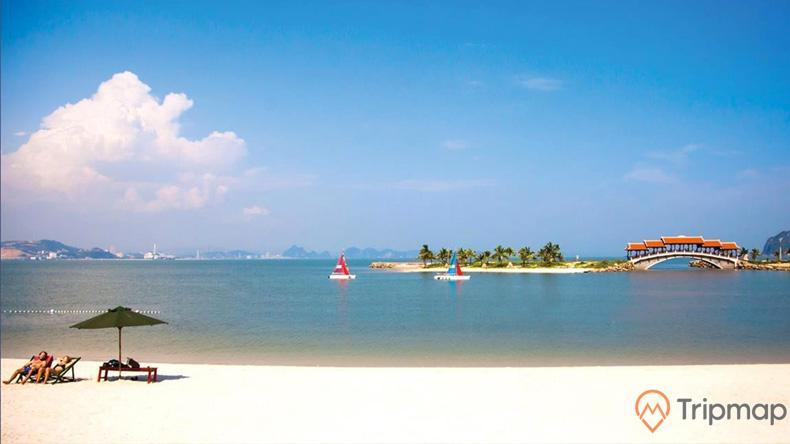 Bãi tắm Tuần Châu với cát trắng mịn