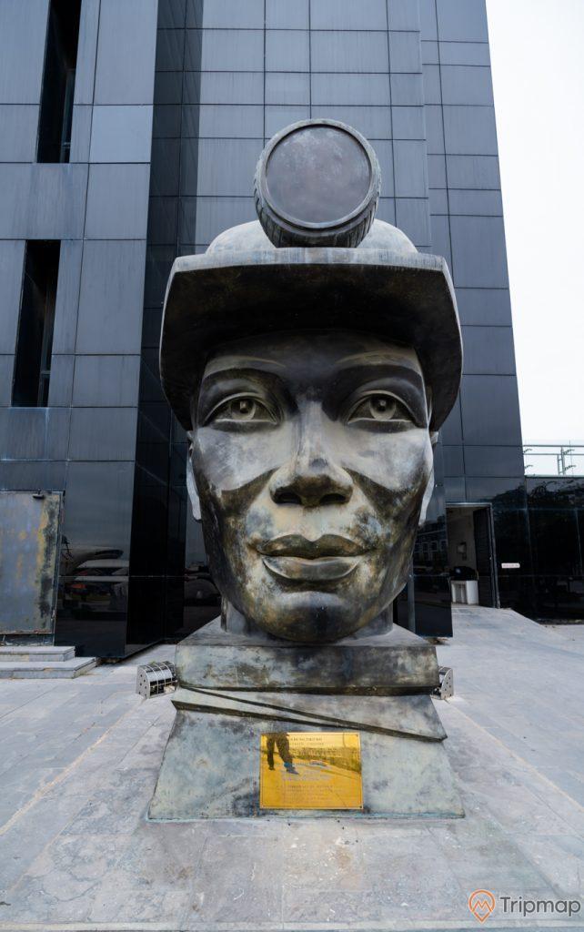 Bảo tàng Quảng Ninh, tượng thợ mỏ, nền gạch màu xám, ảnh chụp ban ngày
