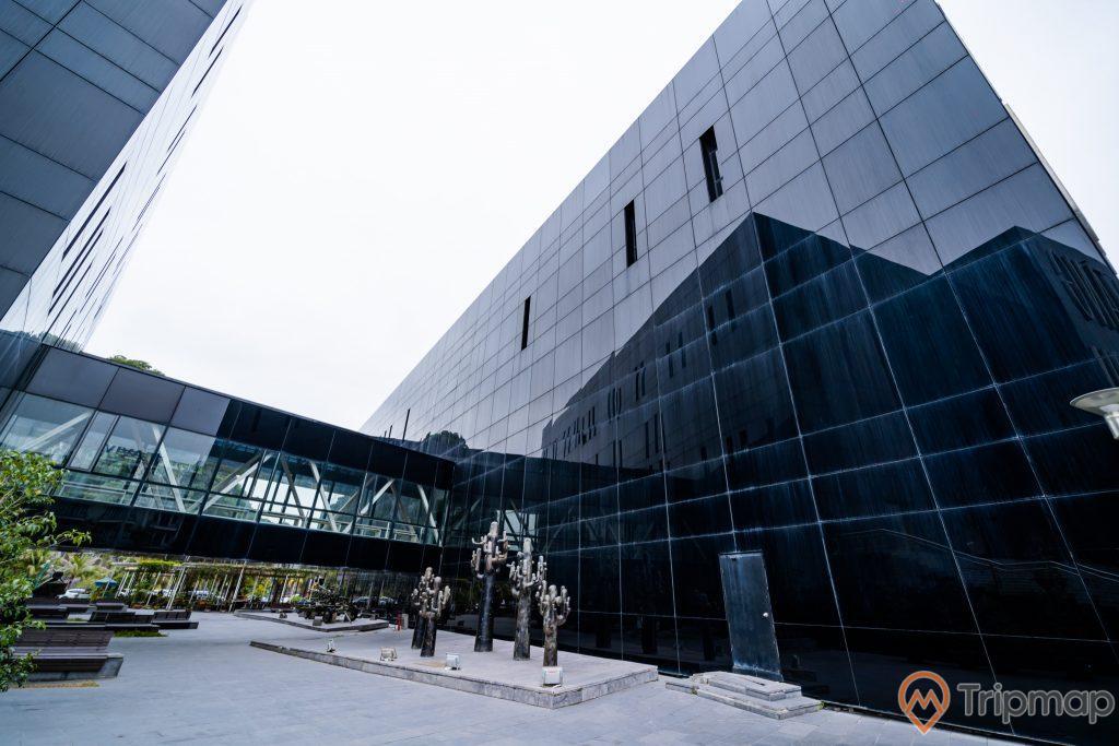 Bảo tàng Quảng Ninh, thư viện Quảng Ninh, nền gạch màu xám, nhà kính màu đen, ảnh chụp ban ngày