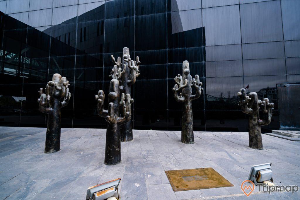 Bảo tàng Quảng Ninh, nền gạch màu xám, mô hình cây xương rồng màu đen, ảnh chụp ban ngày