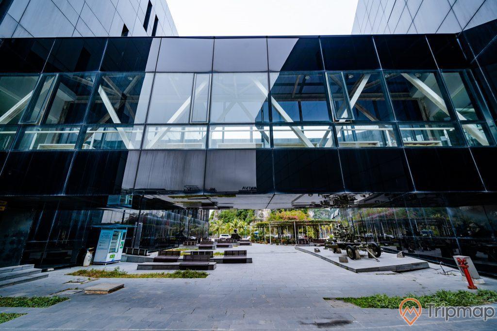 Bảo tàng Quảng Ninh, hệ thống nhà cầu, nền đường bằng gạch màu xám, bãi cỏ, ảnh chụp ban ngày