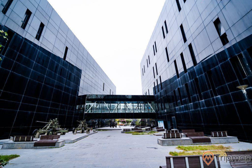 Bảo tàng Quảng Ninh, thư viện Quảng Ninh, nền gạch màu xám, nhiều ghế màu nâu, nhà cầu, bãi cỏ, ảnh chụp ban ngày