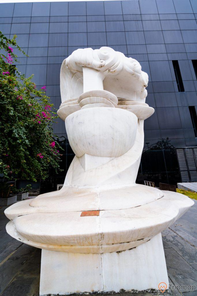 Bảo tàng Quảng Ninh, bức tượng màu trắng, cây hoa giấy, tòa nhà màu đen, ảnh chụp ban ngày