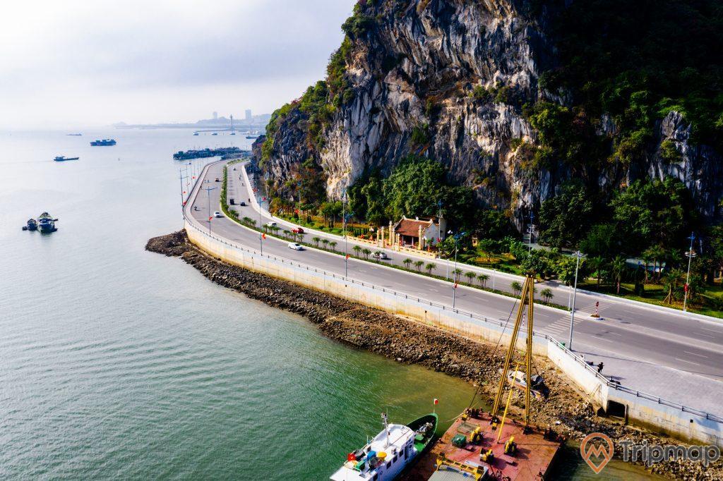 Cầu Bài Thơ, nước biển màu xanh, nhiều thuyền đang chạy trên biển, ngọn núi đá nhiều cây xanh, con đường màu xám, ảnh chụp từ trên cao, ảnh chụp ban ngày