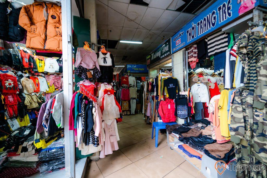 Chợ Hạ Long 2 , Chợ Loong Toòng, nhiều cửa hàng quần áo, nền gạch màu nâu nhạt, ảnh chụp ban ngày