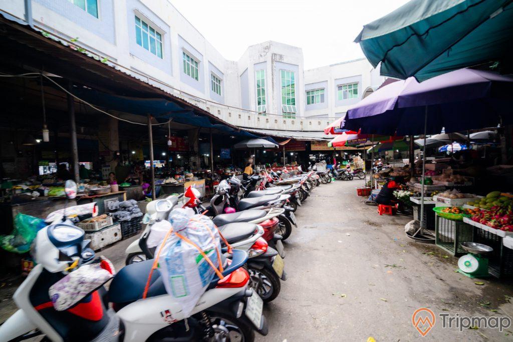 Chợ Hạ Long 2 , Chợ Loong Toòng, nhiều xe máy đang đỗ trên nền đường màu xám, nhiều quầy bán hoa quả, nhiều ô to, ảnh chụp ban ngày