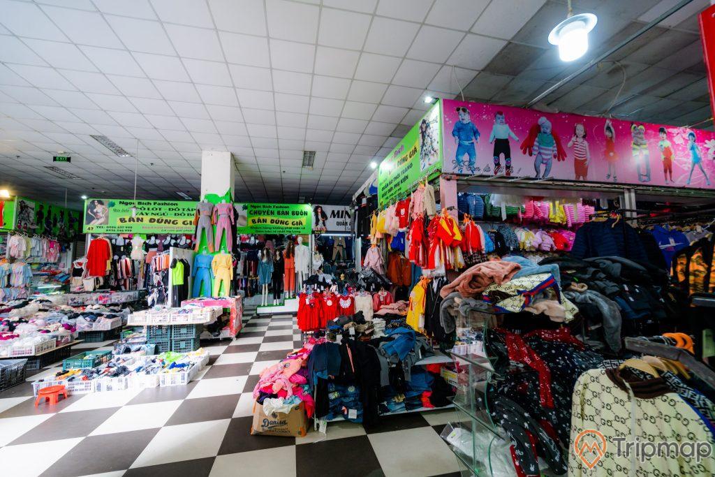 Chợ Hạ Long 2 , Chợ Loong Toòng, nhiều cửa hàng quần áo, nền gạch màu đen trắng, trần nhà màu trắng, bóng điện trắng, ảnh chụp ban ngày