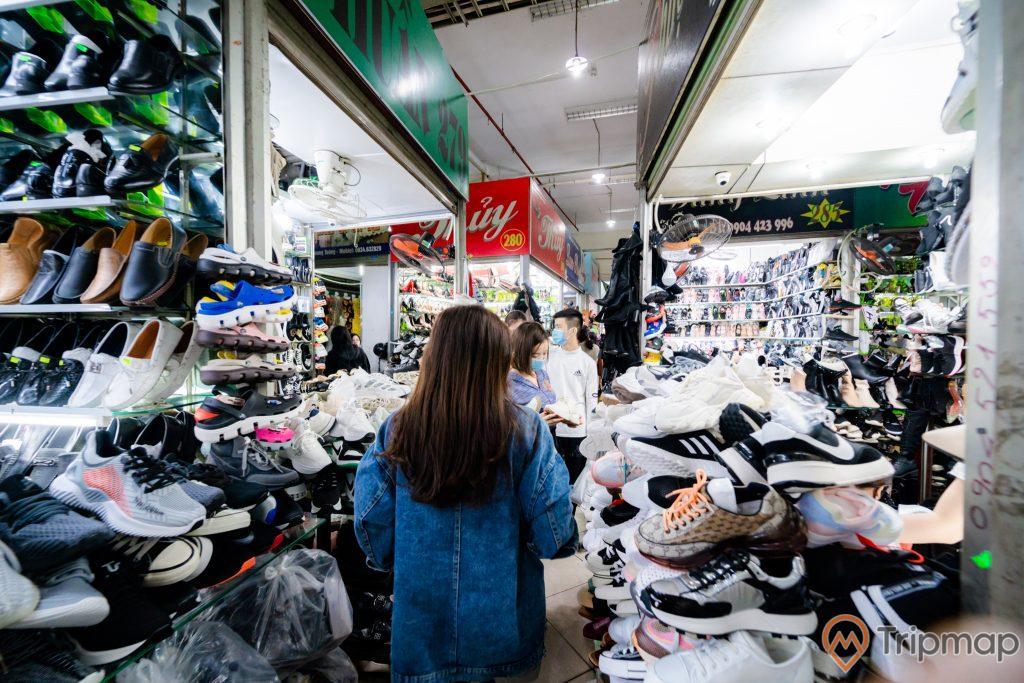 Chợ Hạ Long 2 , Chợ Loong Toòng, cô gái mặc áo màu xanh đang đi, nhiều giầy dép