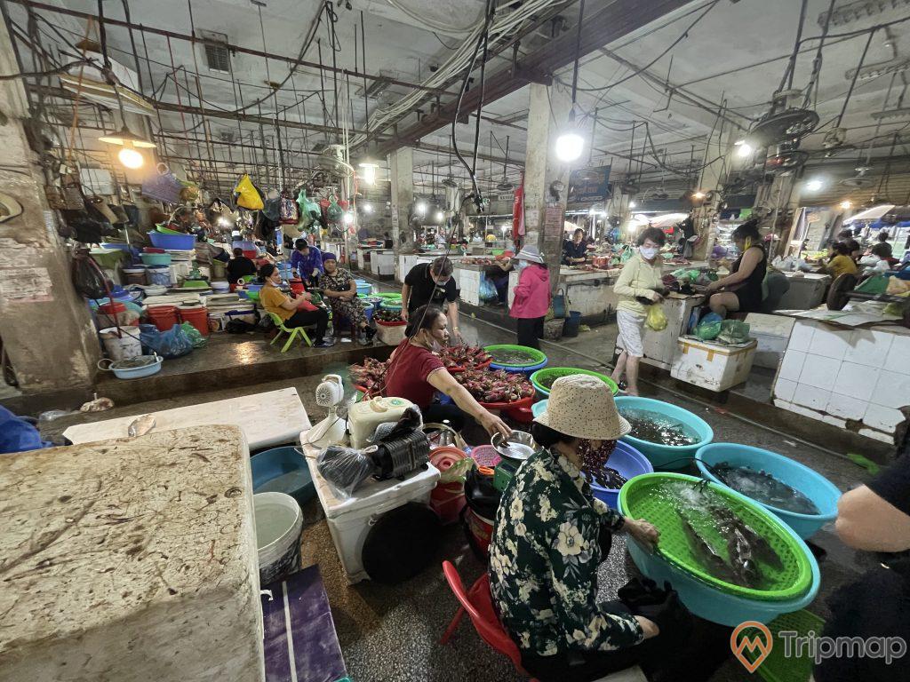 Tiêu thương bán hải sản tươi tại chợ Hạ Long 2 - Chợ Loong Tòong