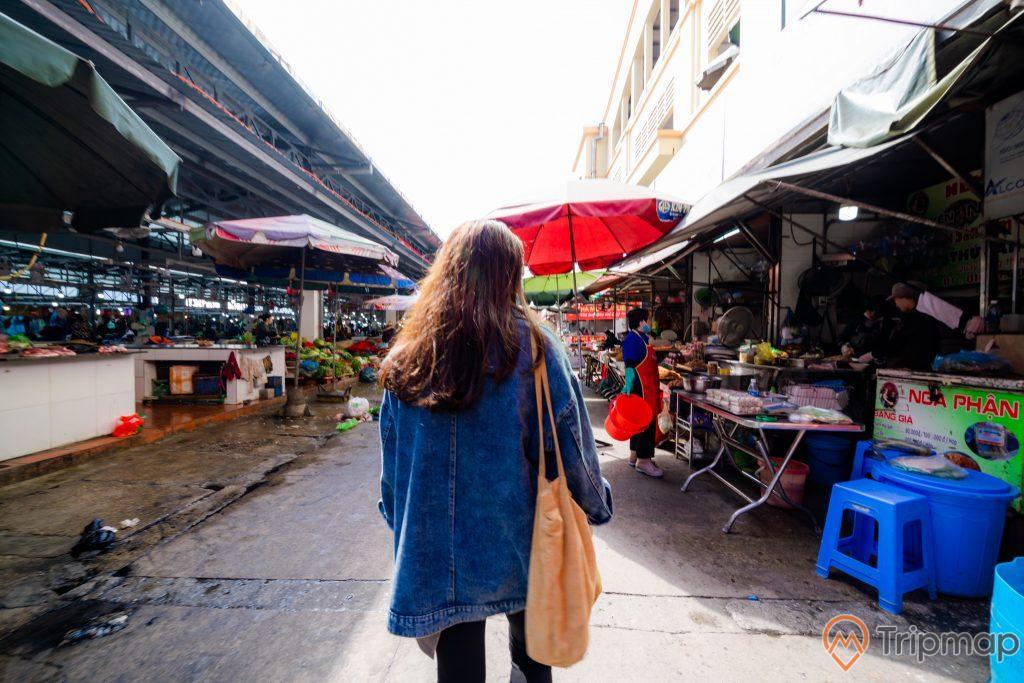 Chợ Hạ Long, chợ Hòn Gai, cô gái mặc áo xanh đang đi trên nền đường màu xám, ô màu đỏ,, ghế màu xanh, trời nắng, ảnh chụp ban ngày