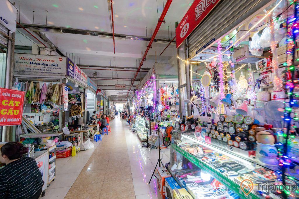 Chợ Hạ Long, Chợ Hòn Gai, nền gạch màu trắng và nâu, nhiều đồ điện bày bán, nhiều đèn pin, nhiều đèn học, trần nhà màu trắng