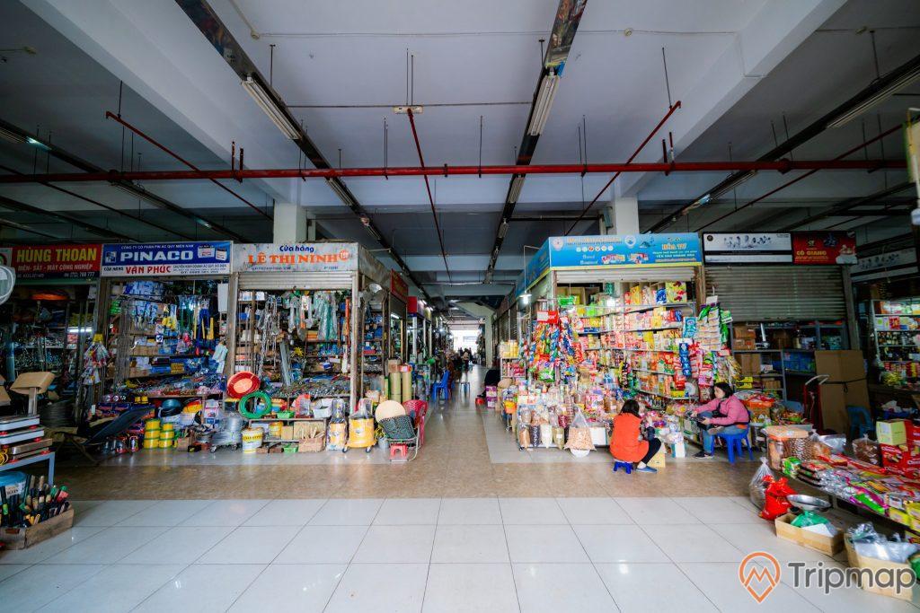 Chợ Hạ Long, Chợ Hòn Gai, nền gạch màu trắng và nâu, cửa hàng tạp hóa, cửa hàng đồ điện, người phụ nữ đang ngồi ghế màu xanh, ảnh chụp ban ngày