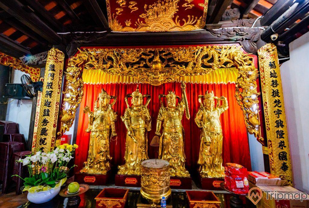 Chùa Long Tiên, tượng các tướng lĩnh nhà Trần, tượng màu vàng, lư hương, hoa văn màu vàng có chữ hán, chậu hoa