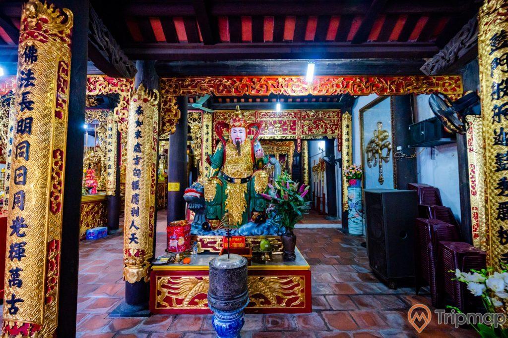 Chùa Long Tiên, tượng Hộ Pháp, lư hương, nền gạch màu đỏ, nhiều cây cột có hoa văn màu vàng nhiều chữ hán, nhiều ghế màu nâu