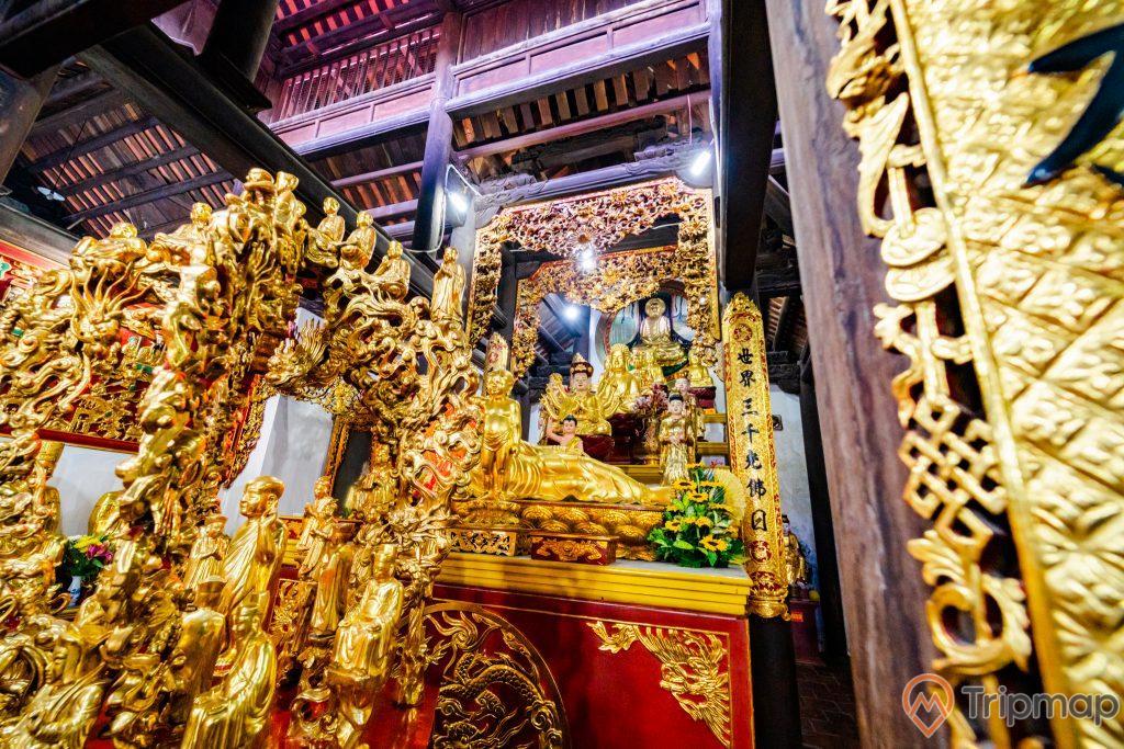 Chùa Long Tiên, gian thờ có hoa văn màu vàng, nhiều tượng Phật, trần nhà bằng gỗ màu nâu