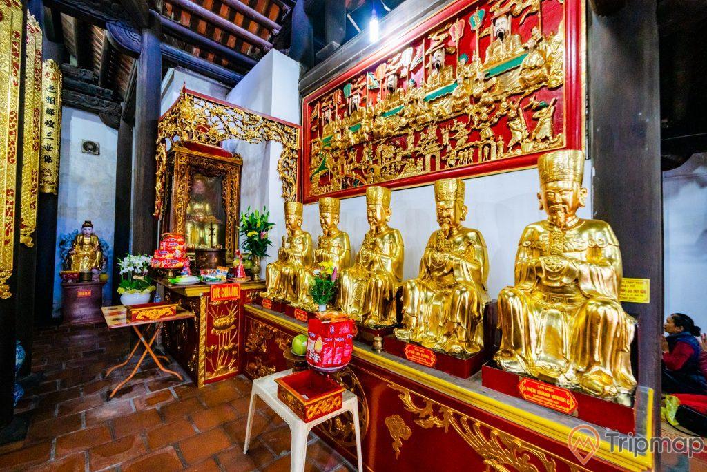 Chùa Long Tiên, nhiều tượng màu vàng, hoa văn màu đỏ, nền gạch màu đỏ, tường sơn màu trắng