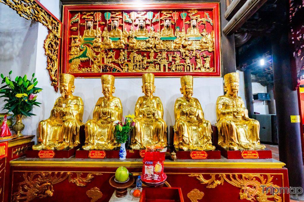 Chùa Long Tiên, nhiều tượng màu vàng, hoa văn màu đỏ, bức tường màu trắng, lọ hoa