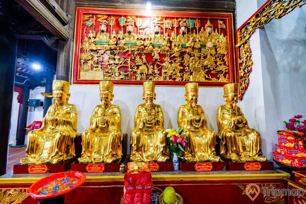 Chùa Long Tiên, nhiều tượng màu vàng, hoa văn màu đỏ, bức tường sơn màu trắng, lọ hoa