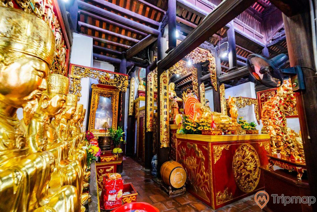 Chùa Long Tiên, nhiều tượng màu vàng, nhiều hoa văn, nhiều chữ hán, nền gạch màu đỏ, quạt treo tường , trần nhà bằng gỗ màu nâu