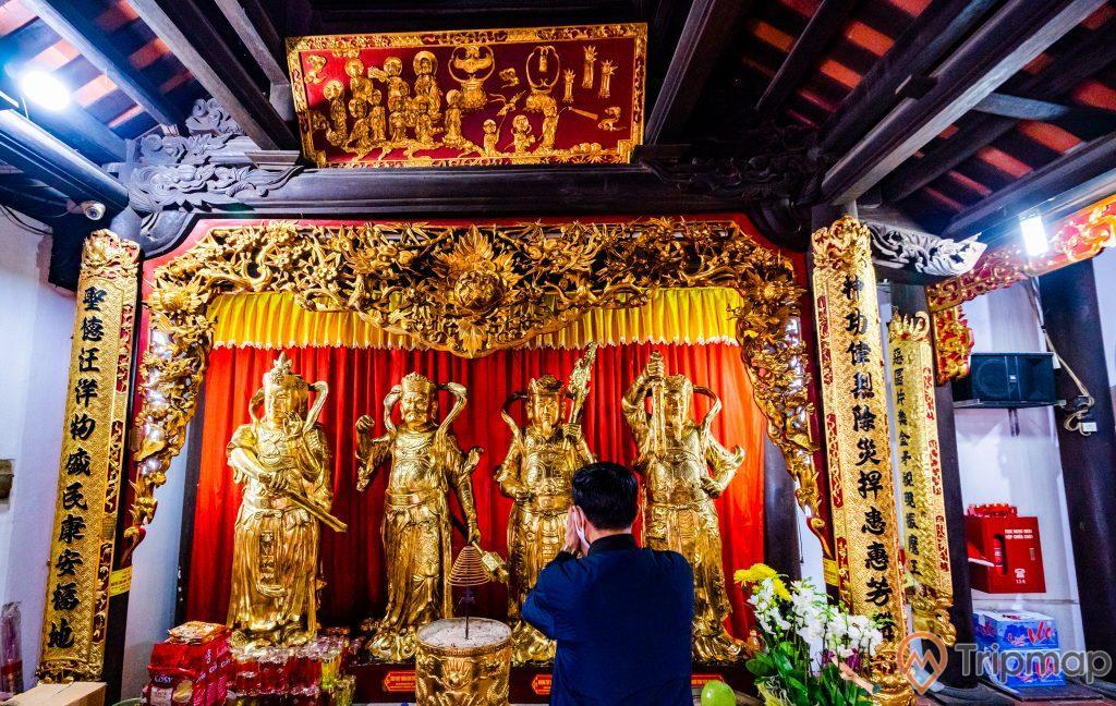 Chùa Long Tiên, các tướng lĩnh nhà Trần, nhiều tượng màu vàng, nhiều hoa văn màu vàng, lư hương, nhiều chữ hán, trần nhà bằng gỗ màu nâu