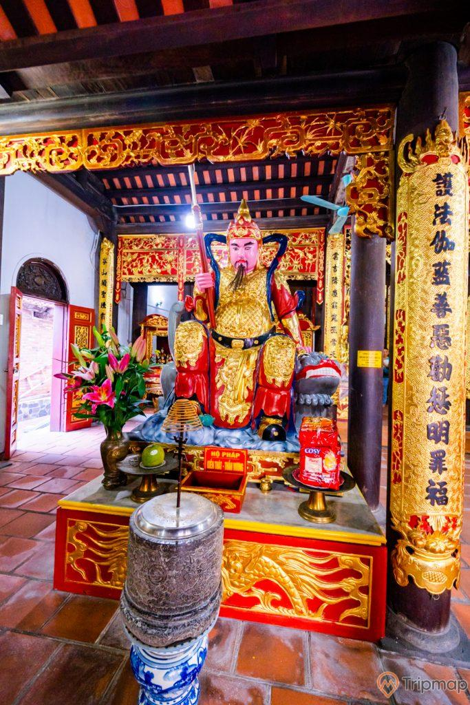 Chùa Long Tiên, tượng Hộ Pháp, nền gạch màu đỏ, lư hương, cột nhà hoa văn màu vàng có chữ hán, trần nhà bằng gỗ màu nâu