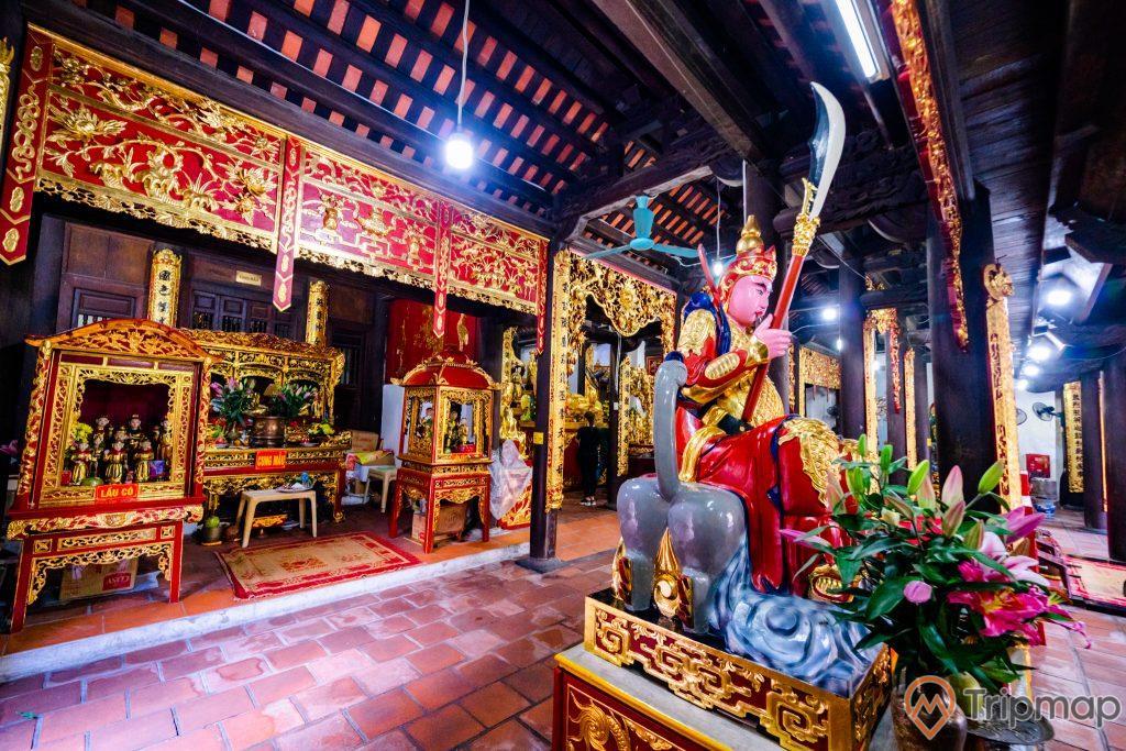 Chùa Long Tiên, tượng Hộ Pháp, nền gạch màu đỏ, gian thờ nhiều hoa văn màu đỏ, trần nhà bằng gỗ màu nâu