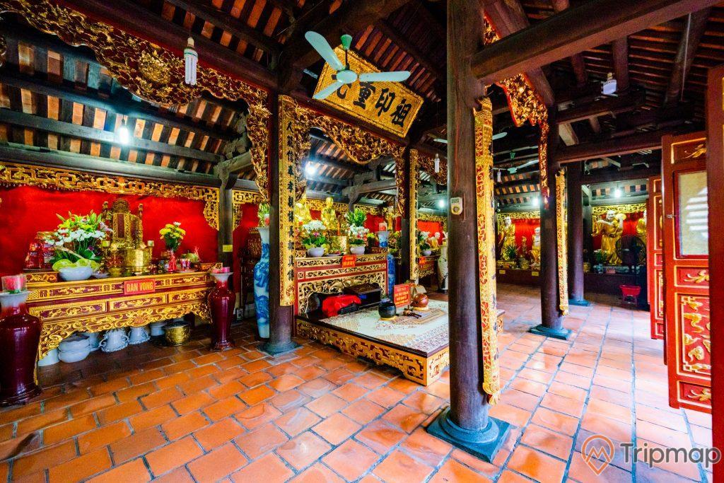 Chùa Long Tiên, Tổ Đường, cây cột nhà màu nâu, nền gạch màu đỏ, gian thờ nhiều hoa văn, nhiều lọ hoa, quạt trần, trần nhà bằng gỗ màu nâu