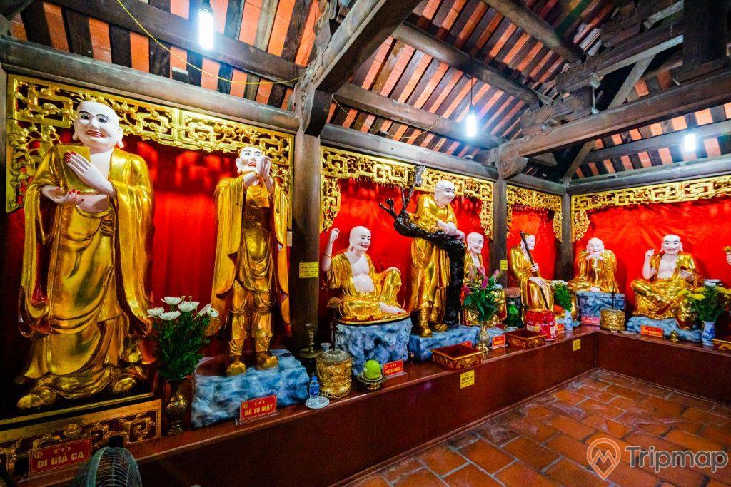 Chùa Long Tiên, Tổ Đường, nhiều tượng màu vàng, nền gạch màu đỏ, trần nhà màu nâu bằng gỗ