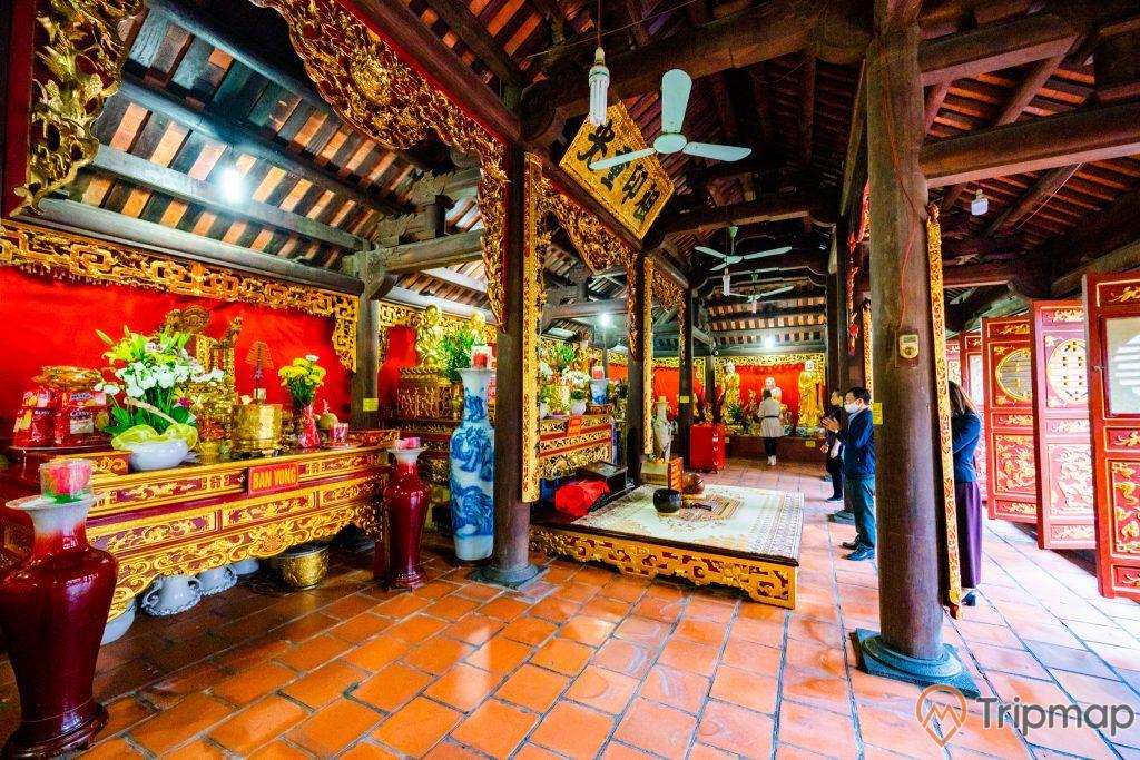 Chùa Long Tiên, Tổ Đường, nền gạch màu đỏ, trần nhà bằng gỗ màu nâu, cây cột nhà màu nâu, bình màu đỏ, cánh cửa màu đỏ có hoa văn