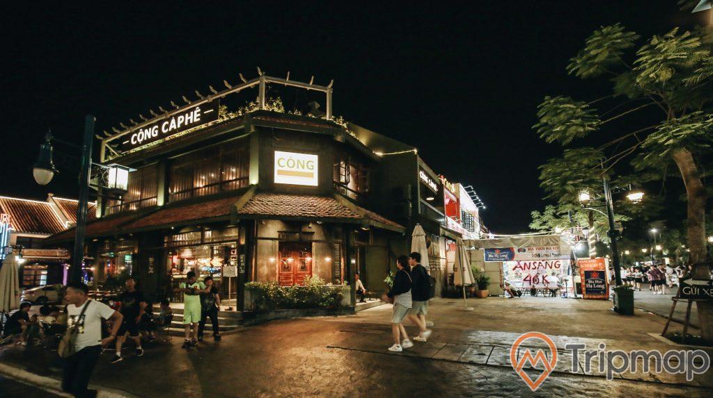 Quán cà phê Cộng tại dãy phố cổ Sun World, ảnh chụp ban đêm