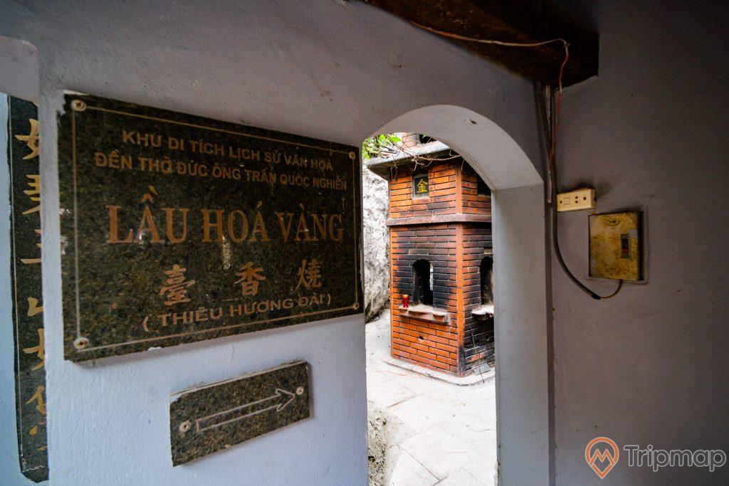 Đền thờ Đức Ông Trần Quốc Nghiễn, Lầu hóa vàng, bảng chỉ dẫn, công tắc điện, ảnh chụp ban ngày