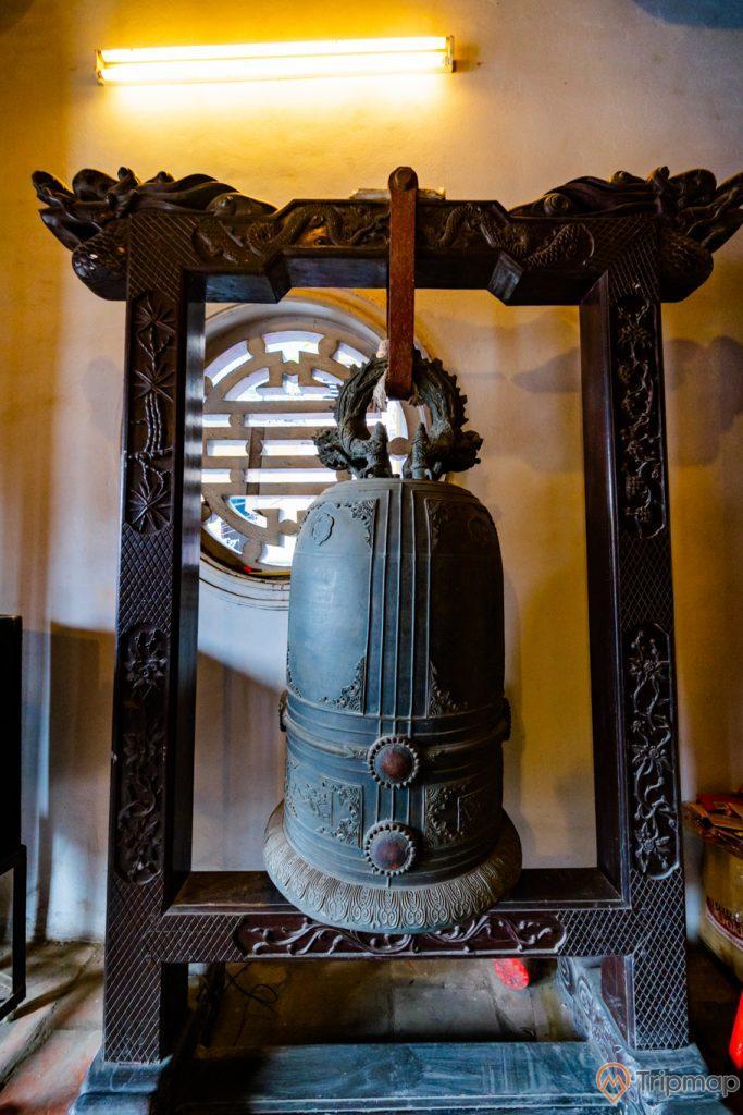 Đền thờ Đức Ông Trần Quốc Nghiễn, chuông màu xám, ánh đèn màu vàng