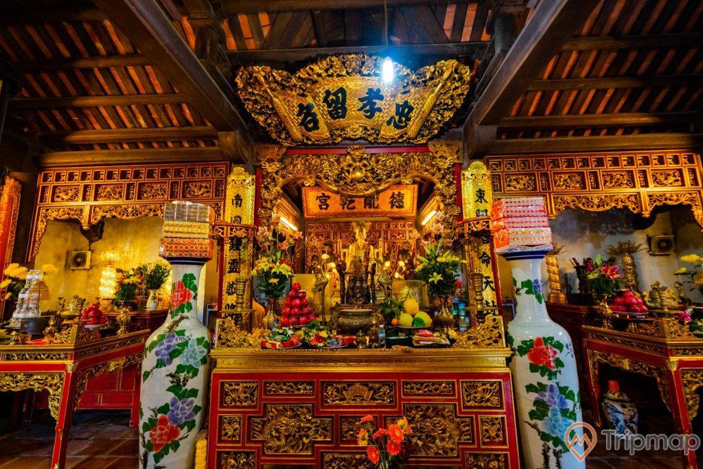 Đền thờ Đức Ông Trần Quốc Nghiễn, gian thờ Trần Quốc Nghiễn, 2 bình hoa to màu trắng, nhiều hoa văn, nhiều chữ hán, trần nhà bằng gỗ màu nâu