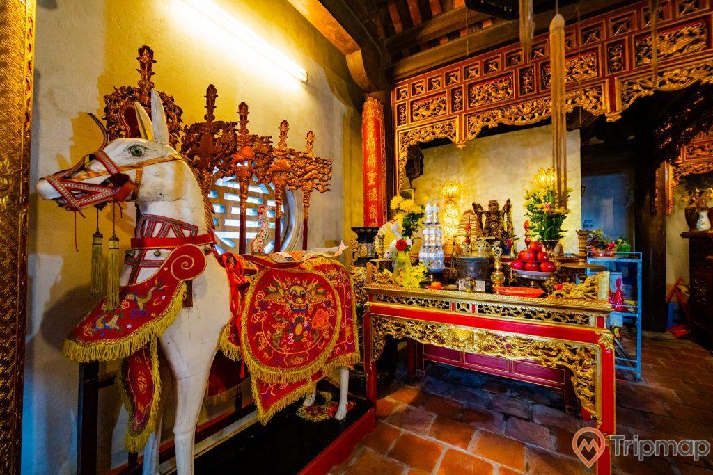 Đền thờ Đức Ông Trần Quốc Nghiễn, con ngựa màu trắng, nền gạch màu đỏ, ánh sáng màu vàng, nhiều hoa văn