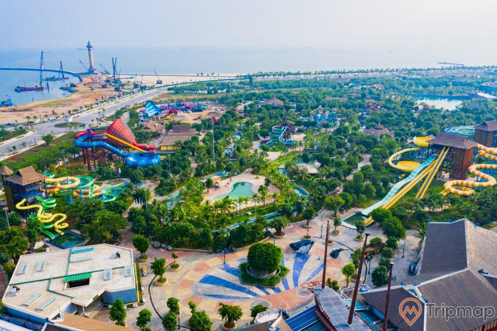 Công viên nước Typhoon Water Park, nhiều cây xanh, nhiều máng trượt, ngọn hải đăng phía xa, ảnh chụp từ trên cao, ảnh chụp ban ngày