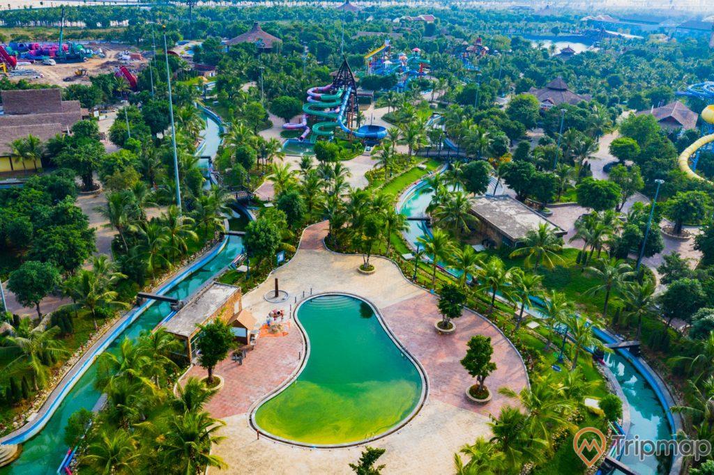 Khu vui chơi giải trí Sun World Ha Long Complex, khuôn viên có nền gạch màu đỏ, nhiều cây xanh, hồ nước màu xanh, khu máng trượt phía xa, trời nắng, ảnh chụp từ trên cao, ảnh chụp ban ngày
