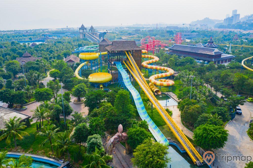 Khu vui chơi giải trí Sun World Ha Long Complex, công viên nước Typhoon Water Park, máng trượt màu xanh và vàng, nhiều cây xanh, ảnh chụp từ trên cao, ảnh chụp ban ngày
