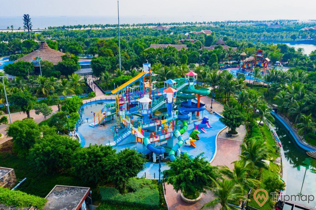 Khu vui chơi giải trí Sun World Ha Long Complex, công viên nước Typhoon Water Park, khu giải trí cho trẻ em, bể bơi, nhiều cây xanh, nền gạch màu đỏ, ảnh chụp từ trên cao, ảnh chụp ban ngày