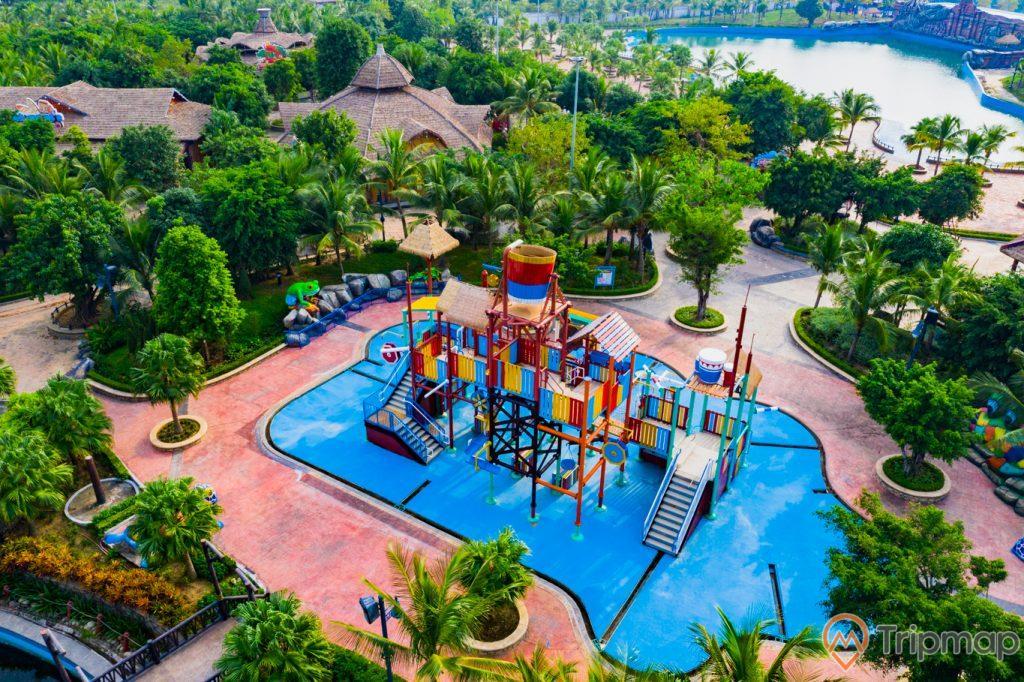 Khu vui chơi giải trí Sun World Ha Long Complex, công viên nước Typhoon Water Park, nhà vui chơi trên bể bơi, nhiều cây xanh, nền gạch màu đỏ, ảnh chụp từ trên cao, ảnh chụp ban ngày