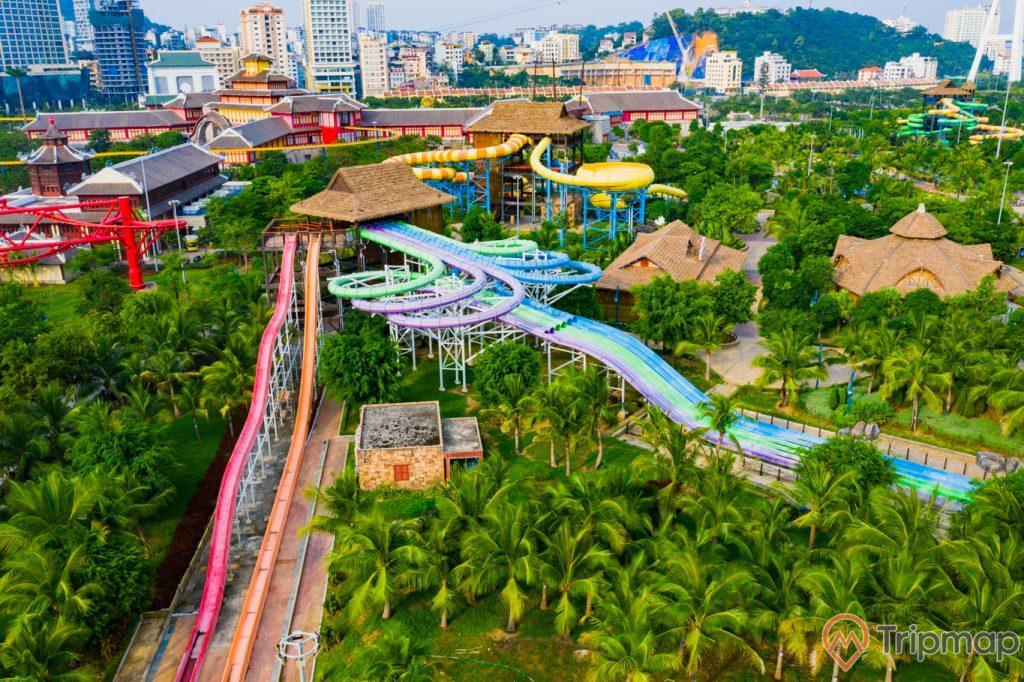 Khu vui chơi giải trí Sun World Ha Long Complex, nhiều cây xanh, nhiều máng trượt nước trải dài, nhiều nhà có mái ngói màu xám ở phía xa, nhiều nhà cao tầng ở phía xa, ảnh chụp từ trên cao, ảnh chụp ban ngày