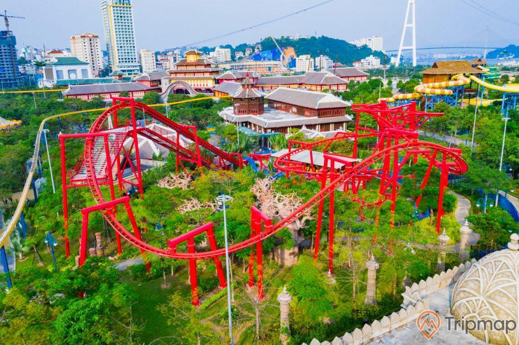Khu vui chơi giải trí Sun World Ha Long Complex, nhiều cây xanh, đường ray sơn màu đỏ, nhiều nhà có mái màu xám phía xa, ảnh chụp ban ngày, ảnh chụp từ trên cao