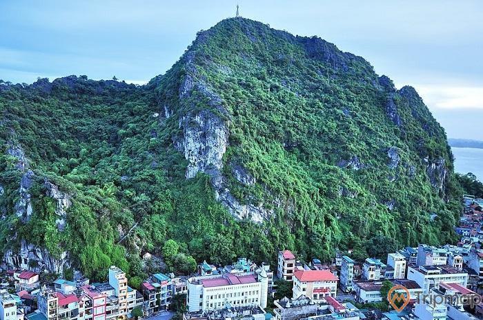 Vẻ đẹp thiên nhiên hùng vĩ của núi Bài Thơ