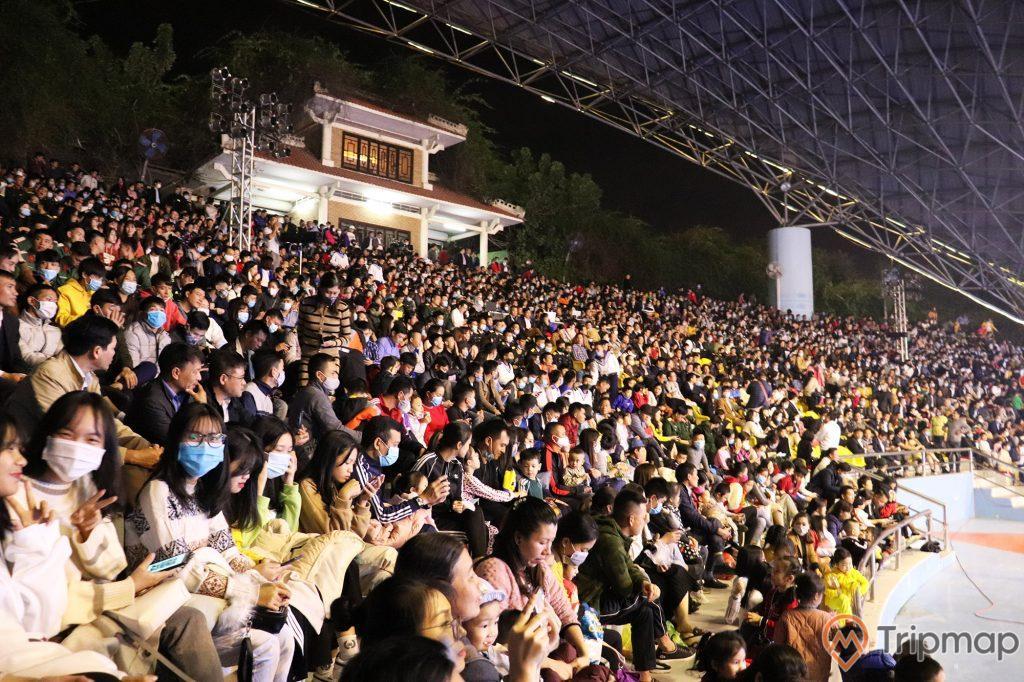 Du khách ngồi kín chỗ xem biểu diễn tại sân khấu biểu diễn cá heo tuần châu, ảnh chụp tại sân khấu biểu diễn cá heo