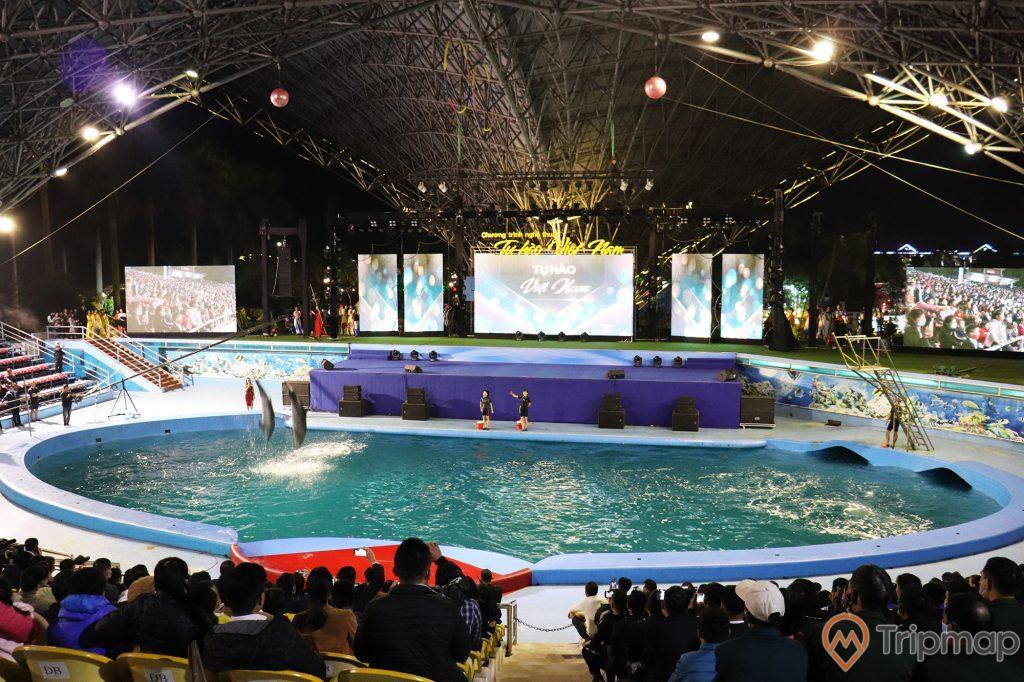 Toàn cảnh nhà sân khấu biểu diễn cá heo tuần châu, ảnh chụp trong khu sân khấu