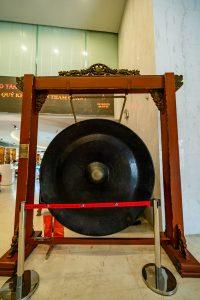 Bảo tàng Quảng Ninh, Cồng chiêng to màu đen, biển cả và tự nhiên, nền gạch bằng đá màu nâu nhạt