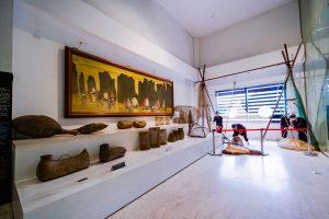 Bảo tàng Quảng Ninh, biển cả và tự nhiên, mô hình người đang đánh cá, nhiều giỏ đựng cá màu nâu, bức trang màu vàng, trần nhà màu vàng, nền nhà bằng gạch màu trắng