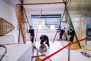 Bảo tàng Quảng Ninh, biển cả và tự nhiên, mô hình người đang đánh cá, người mặc áo tím, nhiều dụng cụ đánh bắt cá, nền nhà màu trắng